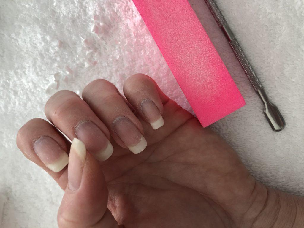 Rückstände auf Nagel entfernen