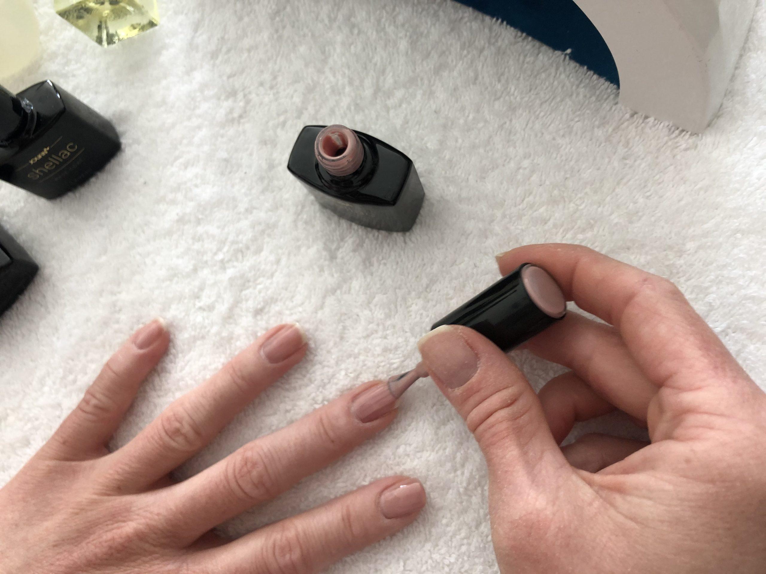 Farblack auf die Nägel auftragen