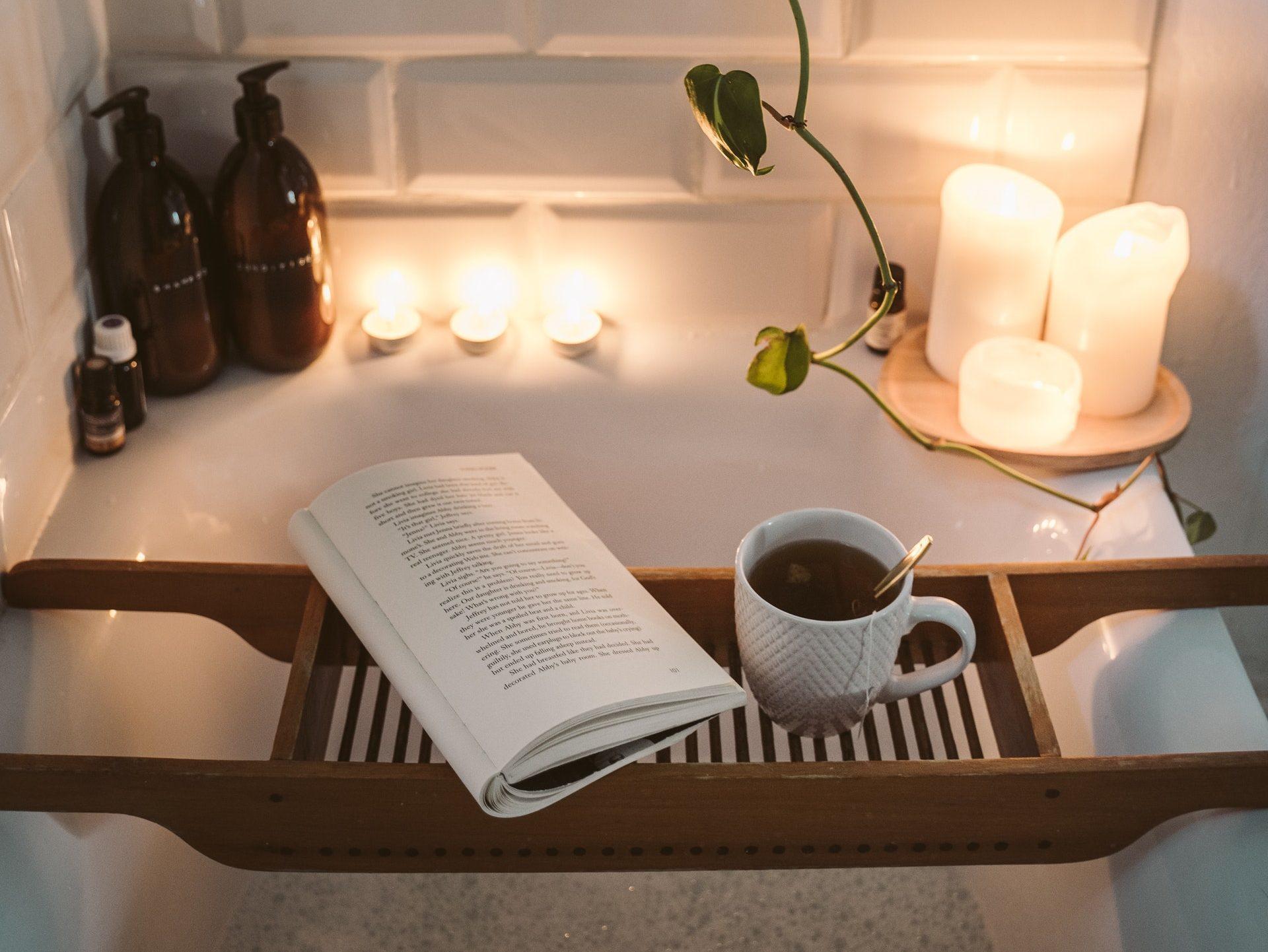 Ein Bad am Abend fördert die Entspannung und hilft durch die innere Wärme beim Einschlafen und somit auch gegen Schlafstörungen